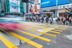 Hong Kong Kina - 26 fördärvar 2015: Fullsatt gatasikt med traffi royaltyfri foto