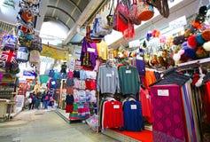 Hong Kong KINA Februari 26, 2017: Hong Kong Stanley Market turist- område som säljer low costvaror Royaltyfri Foto