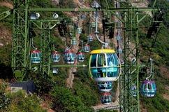 Hong Kong Kina: Havet parkerar kabelbilar Arkivbild