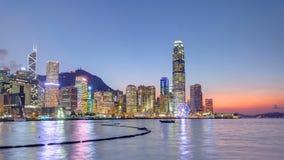 Hong Kong Kina horisontpanorama med skyskrapadag till natten från över Victoria Harbor timelapse arkivfilmer
