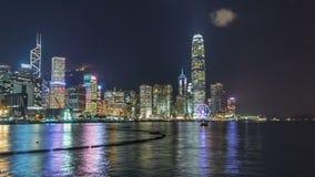 Hong Kong Kina horisontpanorama med skyskrapor på natten från över Victoria Harbor timelapse stock video