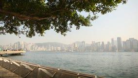 Hong Kong Kina - Januari 1, 2016: Panorama av Hong Kong i eftermiddagen med en sikt av havet från turisten arkivfoton