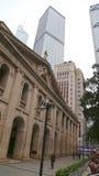 Hong Kong Kina November 12 - lagstiftande rådbyggnad med kommersiella byggnader för hög löneförhöjning i bakgrunden Royaltyfri Foto