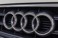 Hong Kong, Hong Kong - 25 2018 Kwiecień: Zakończenie Audi loga odznaka i samochodowy grill na białym Audi S3 hatchback sportback  Zdjęcia Stock