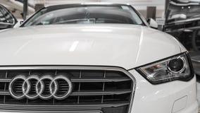 Hong Kong, Hong Kong - 25 2018 Kwiecień: Zakończenie Audi loga odznaka, reflektory i samochodowy grill na białym Audi S3 hatchbac Obrazy Royalty Free