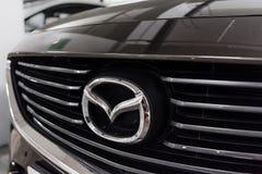 Hong Kong, Hong Kong - 25 2018 Kwiecień: Zakończenie Mazda loga odznaka i samochodowy grill na popielaci 6 Mazda sportów luksusow Zdjęcie Royalty Free