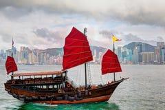 Hong Kong Landscape: Kinesisk segelbåt på Victoria Harbor Royaltyfri Foto