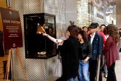 Hong Kong : Les gens à la mémoire de Louis Vuitton Photos stock