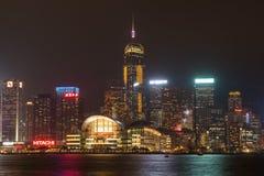 Hong Kong linia horyzontu przy nocą z naprzeciw Wiktoria schronienia Obrazy Royalty Free