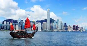 Hong Kong linia horyzontu z dżonką Zdjęcia Stock