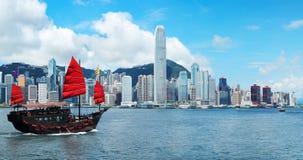 Hong Kong linia horyzontu z dżonką Obrazy Stock