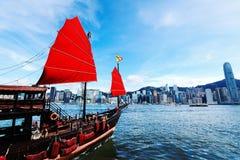 Hong Kong linia horyzontu z dżonką Zdjęcia Royalty Free