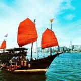 Hong Kong linia horyzontu z dżonką Zdjęcie Stock