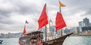 HONG KONG - 12 MAGGIO 2014: La vela di Aqua Luna intorno a Victoria Harbour Aqua Luna Tsai, è un ciarpame cinese che funziona in  immagine stock libera da diritti