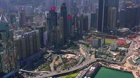 Hong Kong - Maj 2018: Flyg- sikt av vägbankfjärdområdet på Victoria Harbour, bostads- och affärsskyskrapor lager videofilmer