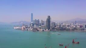 Hong Kong - Maj 2018: Flyg- sikt av vägbankfjärdområdet på Victoria Harbour, bostads- och affärsskyskrapor stock video