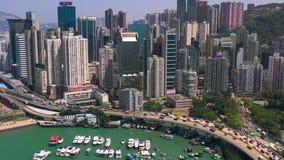 Hong Kong - Maj 2018: Flyg- sikt av vägbankfjärdområdet på Victoria Harbour, fartyg och yachter nära strand stock video