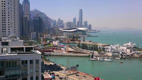 Hong Kong - Maj 2018: Flyg- sikt av vägbankfjärdområdet på Victoria Harbour, residental och affärsskyskrapor stock video