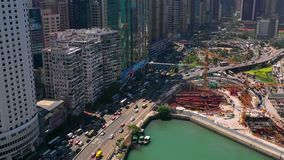 Hong Kong - Maj 2018: Flyg- sikt av vägbankfjärdområdet på Victoria Harbour, tung vägtrafik på utbyte arkivfilmer