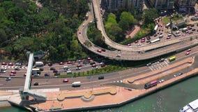 Hong Kong - Maj 2018: Flyg- sikt av vägbankfjärdområdet på Victoria Harbour, tung vägtrafik på utbyte lager videofilmer