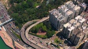 Hong Kong - Maj 2018: Flyg- sikt av vägbankfjärdområdet på Victoria Harbour, tung vägtrafik på utbyte stock video