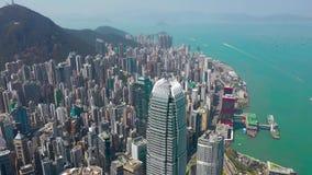 Hong Kong - Maj 2018: Flyg- sikt av Victoria Harbour, bostads- och kontorsbyggnadskyskrapor Surrskott i 4K lager videofilmer