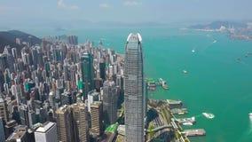 Hong Kong - Maj 2018: Flyg- sikt av Victoria Harbour, bostads- och kontorsbyggnadskyskrapor Surrskott i 4K arkivfilmer