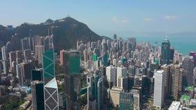 Hong Kong - Maj 2018: Flyg- sikt av Victoria Harbour, bostads- och kontorsbyggnadskyskrapor Surrskott i 4K stock video
