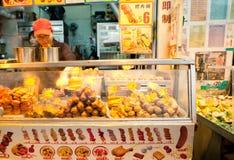 Hong Kong - MARS 13: Matförsäljare på gatan av Kowloon, Hong Kong på mars 13, 2013 Royaltyfri Fotografi