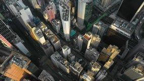 HONG KONG - MAYO DE 2018: Vista aérea del distrito de la bahía del terraplén, edificios residenciales y de oficinas y rascacielos almacen de video