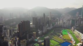 HONG KONG - MAYO DE 2018: Vista aérea del distrito de la bahía del terraplén, edificios residenciales y de oficinas y rascacielos almacen de metraje de vídeo