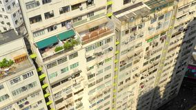 HONG KONG - MAYO DE 2018: Vista aérea del distrito de la bahía del terraplén, de edificios residenciales y de rascacielos almacen de video