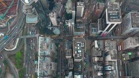 HONG KONG - MAYO DE 2018: Vista a la baja aérea del distrito de la bahía del terraplén, edificios residenciales y de oficinas y r almacen de metraje de vídeo