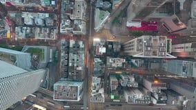 HONG KONG - MAYO DE 2018: Vista a la baja aérea del distrito de la bahía del terraplén, edificios residenciales y de oficinas y r almacen de video