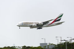 HONG KONG - 30 mei: Luchtbus 380 van emiraten komt in Hong Kong International Airport op 30 Mei, 2015 in Hong Kong aan De emirate Stock Afbeelding