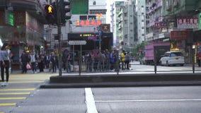 Hong Kong miasto Chiny, Czerwiec, -, 2019: samochody i miasto autobusy jedzie na miastowej ulicie Pedestrians ludzie czeka zielon zbiory wideo