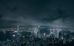 Hong Kong miasto z Wiktoria budynkami przy nocą i schronieniem, czarny i biały obraz stock