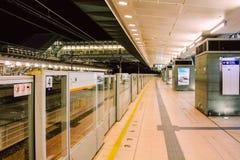 Hong Kong MTR Sunny Bay Station Platform alla notte Fotografie Stock