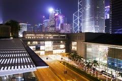 Hong Kong-nachtstad en IFC-winkelcomplex Stock Foto