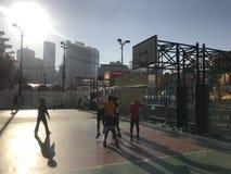 Hong Kong nastolatkowie Bawić się koszykówkę zdjęcie stock