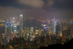 Hong Kong nattsikt från den victoria hamnen Arkivfoton