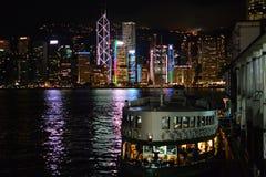 Hong Kong At Night con el transbordador de la estrella Foto de archivo libre de regalías