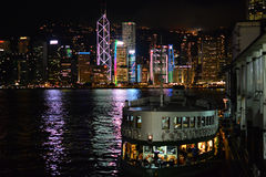 Hong Kong At Night met Sterveerboot Royalty-vrije Stock Foto