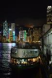 Hong Kong At Night met Sterveerboot Royalty-vrije Stock Afbeelding