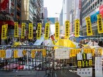 HONG KONG, NOVEMBRE 22: Il blocco stradale è installato per impedire la polizia a cond Immagini Stock