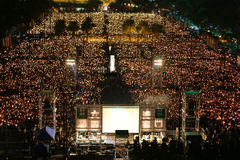 HONG KONG, O 4 DE JUNHO: Os povos juntam-se aos memoriais para o Tiananmen S Fotos de Stock Royalty Free
