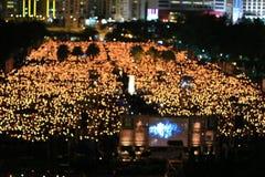 HONG KONG, O 4 DE JUNHO: Os povos juntam-se aos memoriais para o Tiananmen S Fotos de Stock