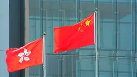 Hong Kong och porslinflaggor arkivfilmer