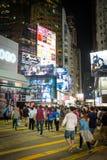 HONG KONG - octubre de 2015: Peatones en un distrito de la bahía del terraplén del paso de peatones en Hong Kong Fotografía de archivo