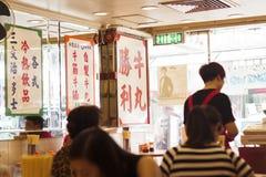 Hong Kong- Oktober 7, 2016: Inre av en kantin eller ett kafé för traditionell kines Royaltyfri Fotografi